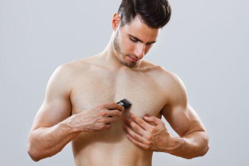 胸毛を剃る
